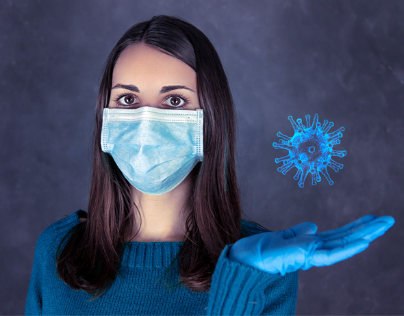 jeune femme avec gants tenant un virus coronavirus