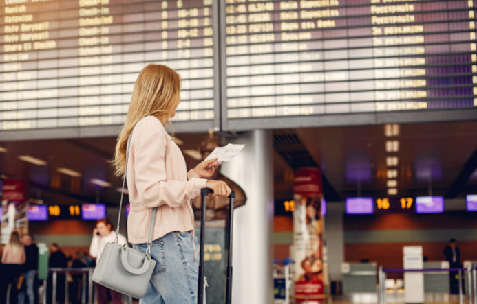 jeune fille dans un aéroport ou une gare